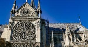 Celý svět se skládá na rekonstrukci Notre-Dame. Přispěl Disney i Apple