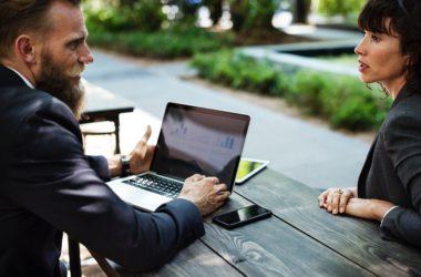Jak vydělávají poskytovatelé půjček na klientech?