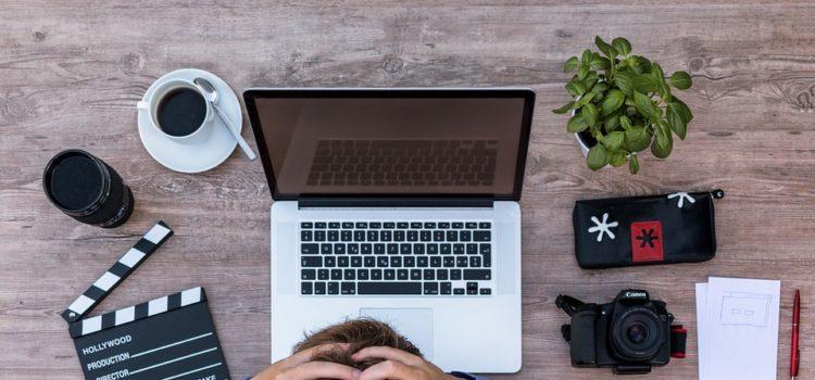 Proč vás v práci bolí hlava? Důvodů je hned několik